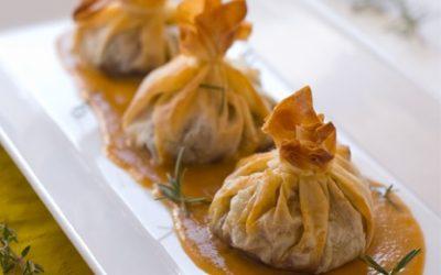 Saquitos rellenos de ossobuco con salsa demiglace escabechada con miel y aromáticos