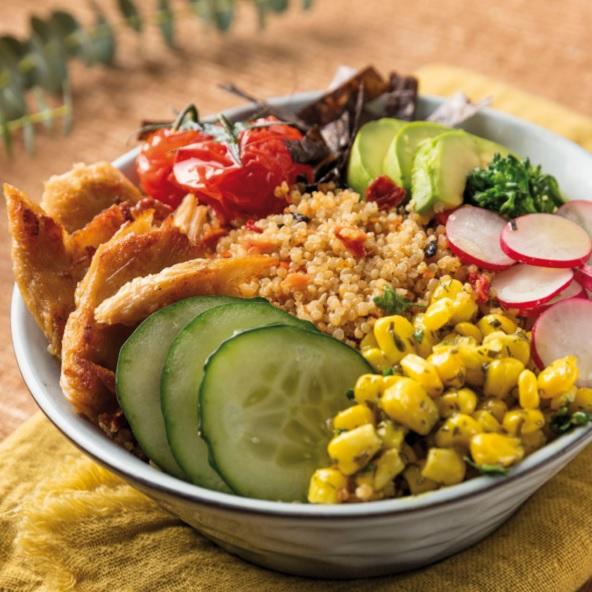 Poke bowl vegano de quinoa, aguacate y «pollo» vegano.